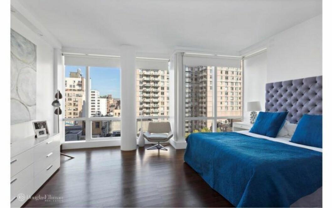 Bloggerskan och entreprenören Isabella Löwengrip letar lägenhet i New York. Här är en bild på en lägenhet hon kikat på med ett sovrum med stora fönster.