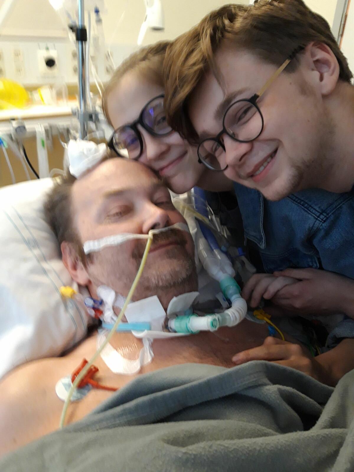 Jörgen Bloom överlevde Covid-19. Här kramar han sina barn Karin och Harald.