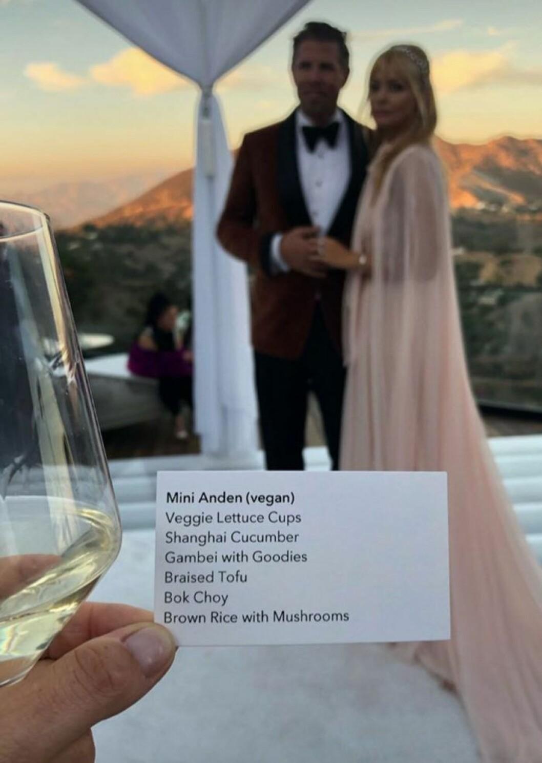 Mini Andén visar upp menyn vid Izabella Scorupcos och Karl Rosengrens bröllopsmiddag.