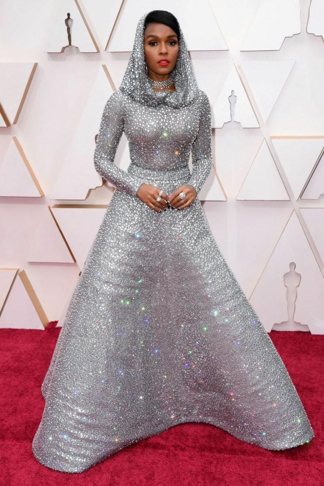 Janelle Monae i silverglittrig klänning på röda mattan