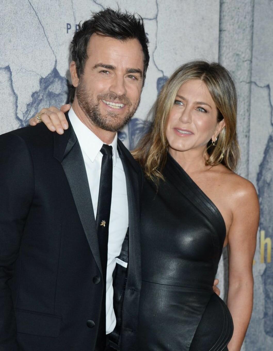 Jennifer Aniston och Justin Theroux klädda i svart
