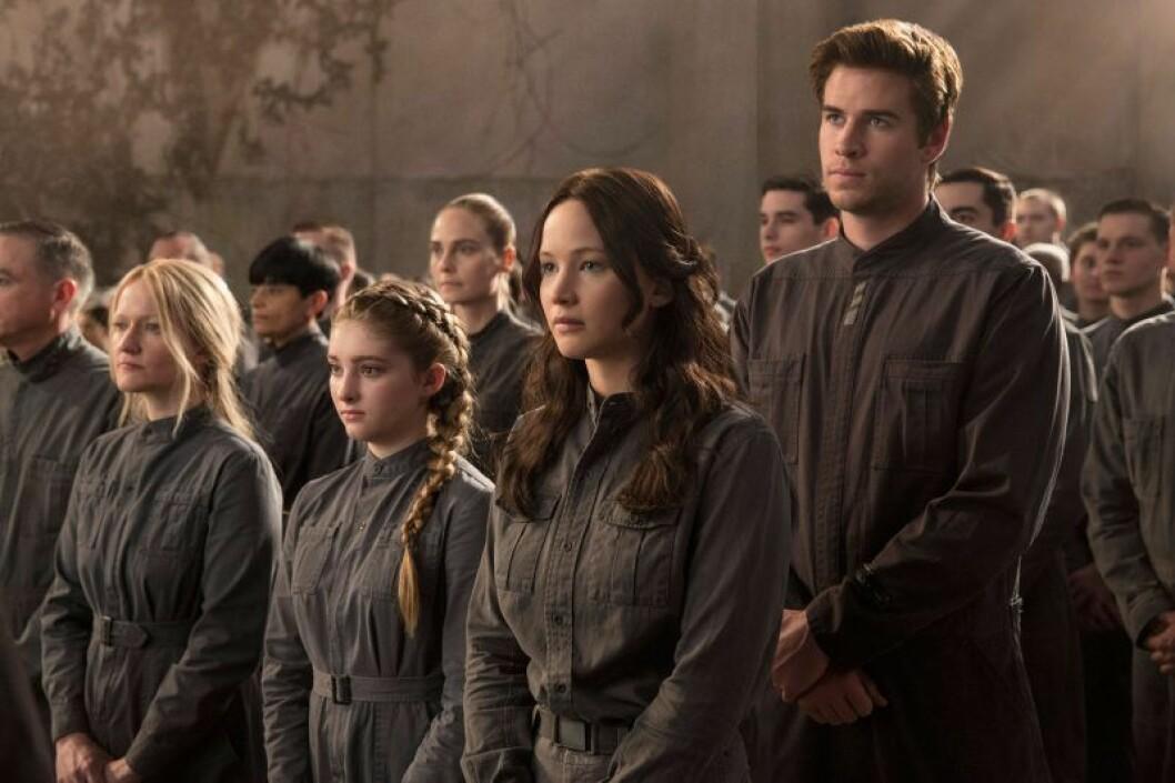 Katniss står bland folk I the hunger games