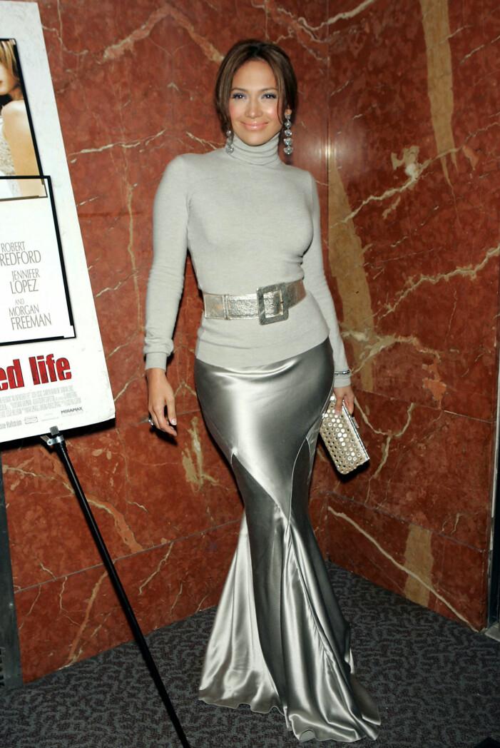 Jennifer Lopez i ljus polotröja med silverskärp i midjan och silvrig långkjol