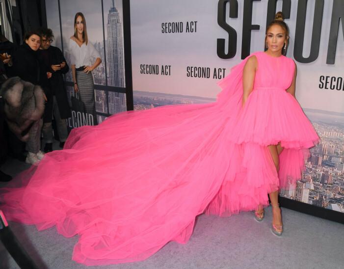 Jennifer Lopez i knallrosa tyllklänning med långt släp