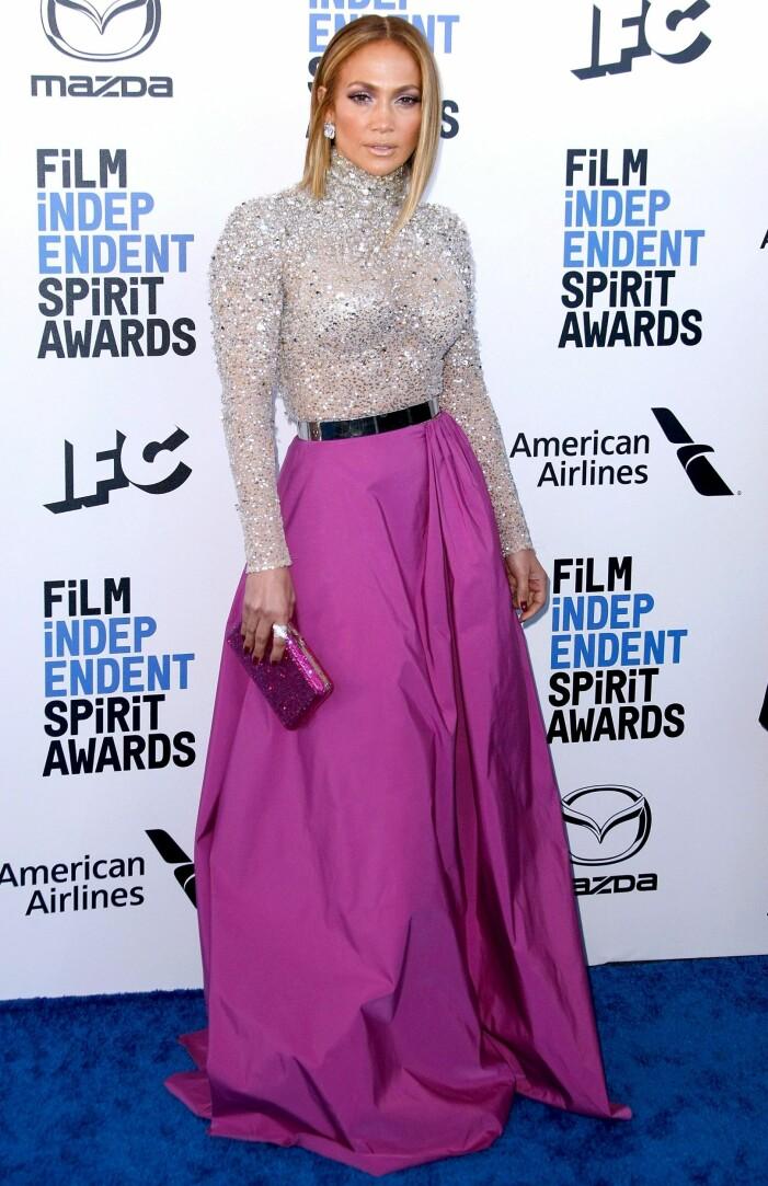 Jennifer Lopez i silverglittrig långärmad topp med en lila/rosa långkjol