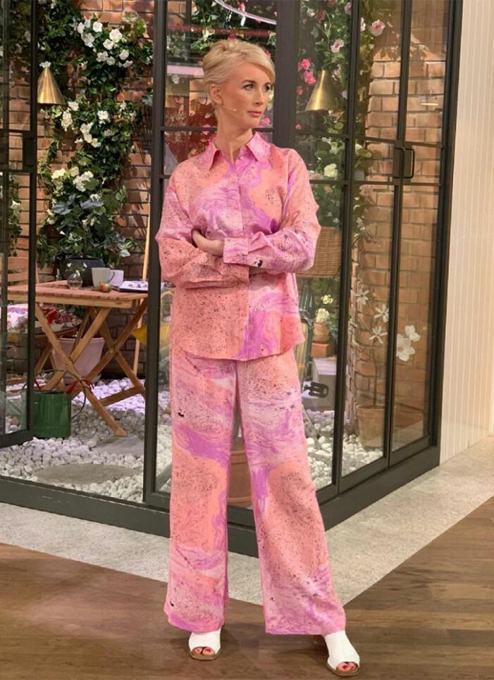 rosa skjorta och byxor jenny strömstedt nyhetsmorgon