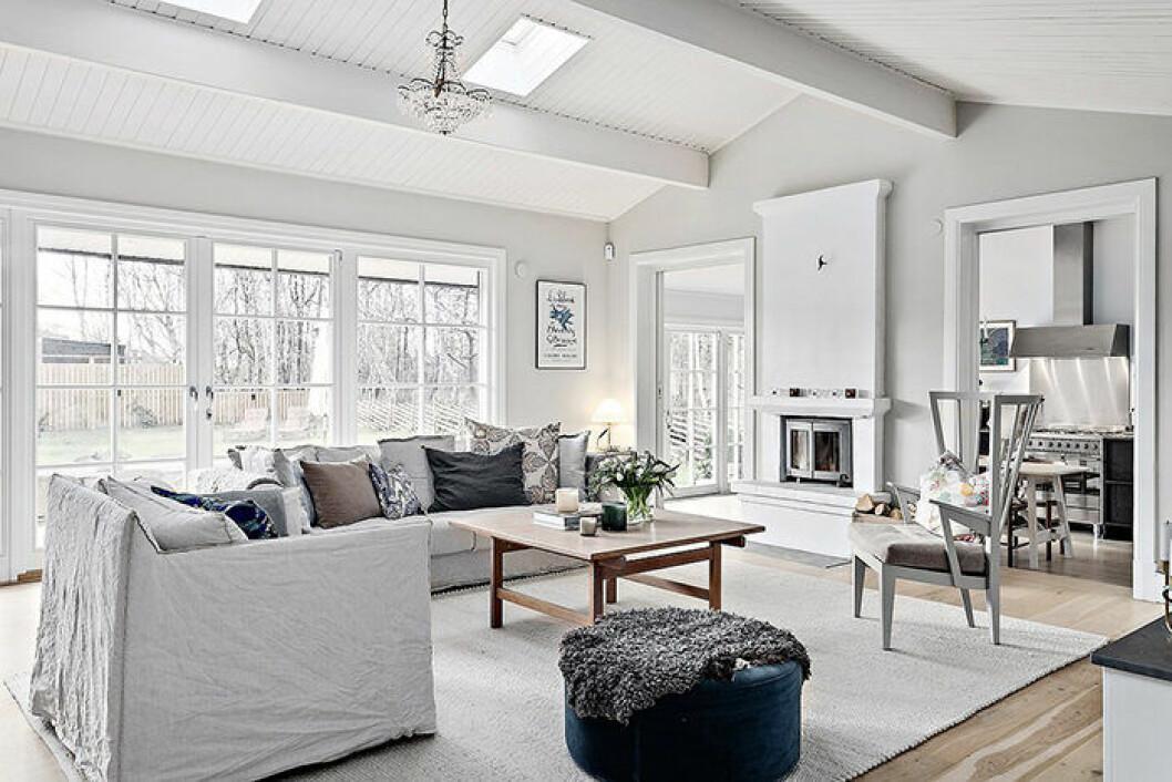 Johanna Bradford säljer sin villa – ljust vardagsrum