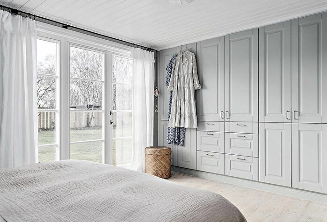 Sovrum med platsbyggda garderober hos Johanna Bradford