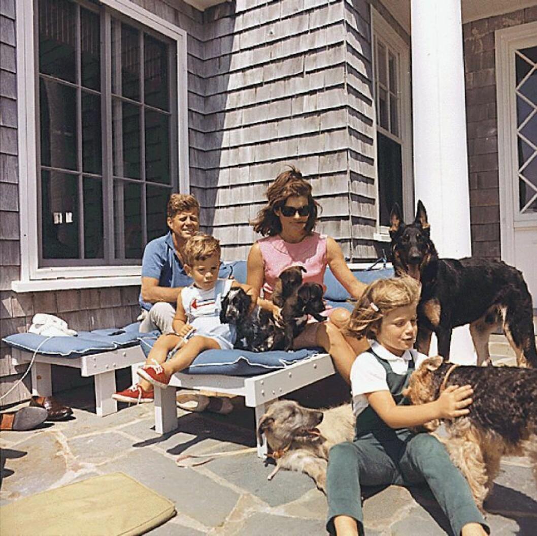 Augusti 1963. Semester vid Hyannisport. John F. Kennedy, Jackie Kennedy och barnen John Jr. och Caroline.