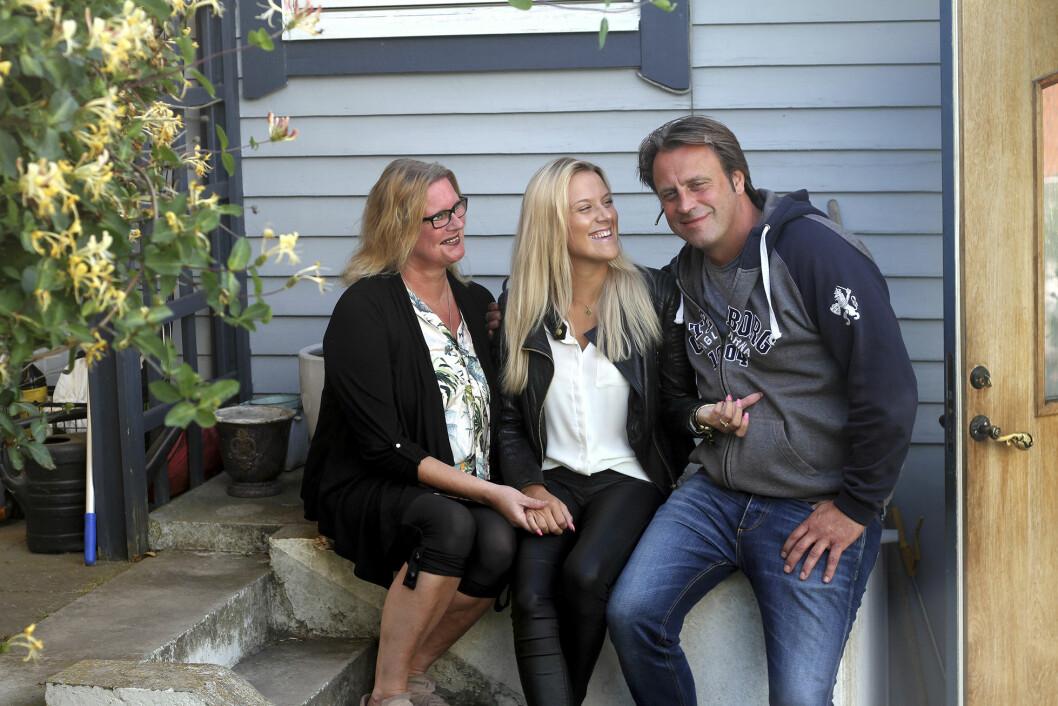 Josefine tillsammans med mamma Elina och pappa Thomas