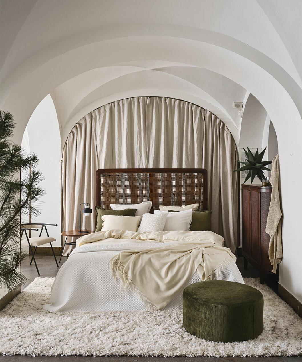 Sovrum med julkänsla och textilier i vitt och grönt