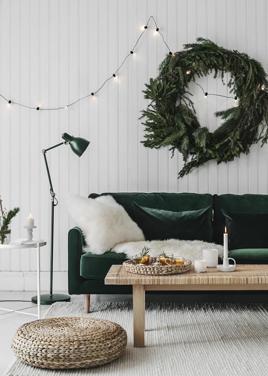Stor julkrans och mörkgrön sammetssoffa hos Ikea