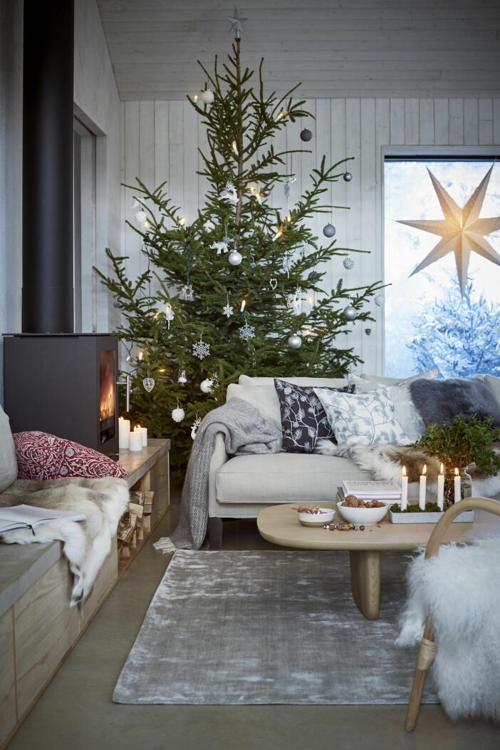 julstämning i hemmet och julgran med pynt från åhléns