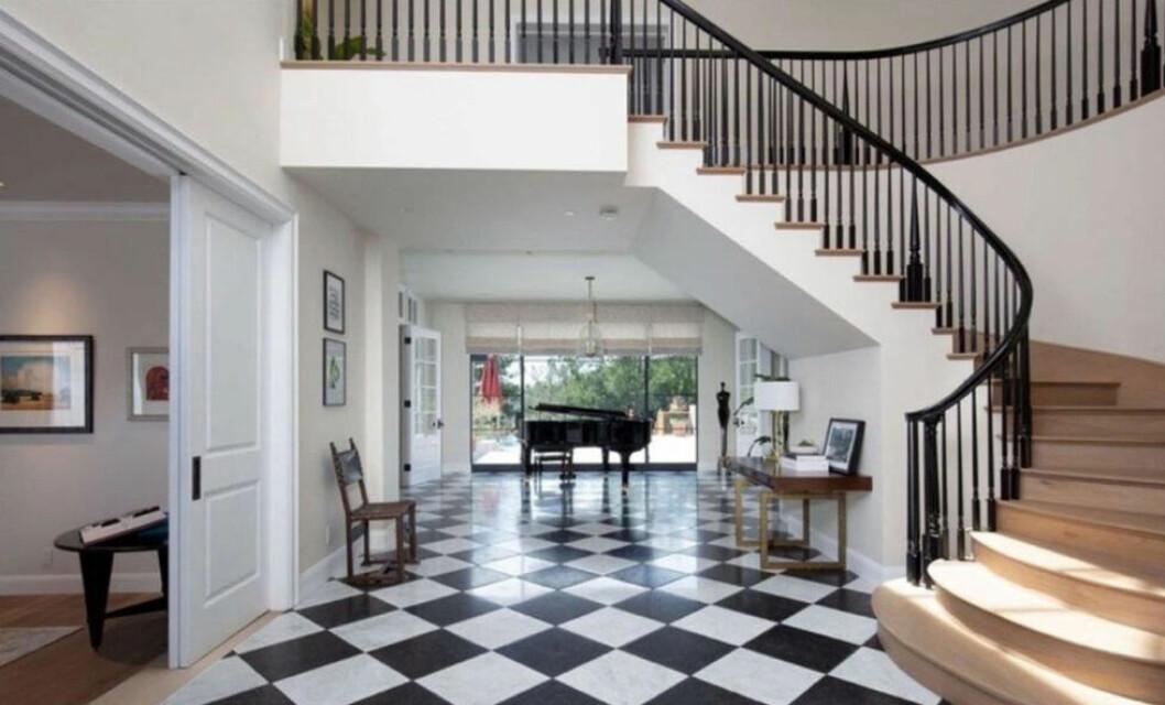 Bild från hallen i Justin och Hailey Biebers hus