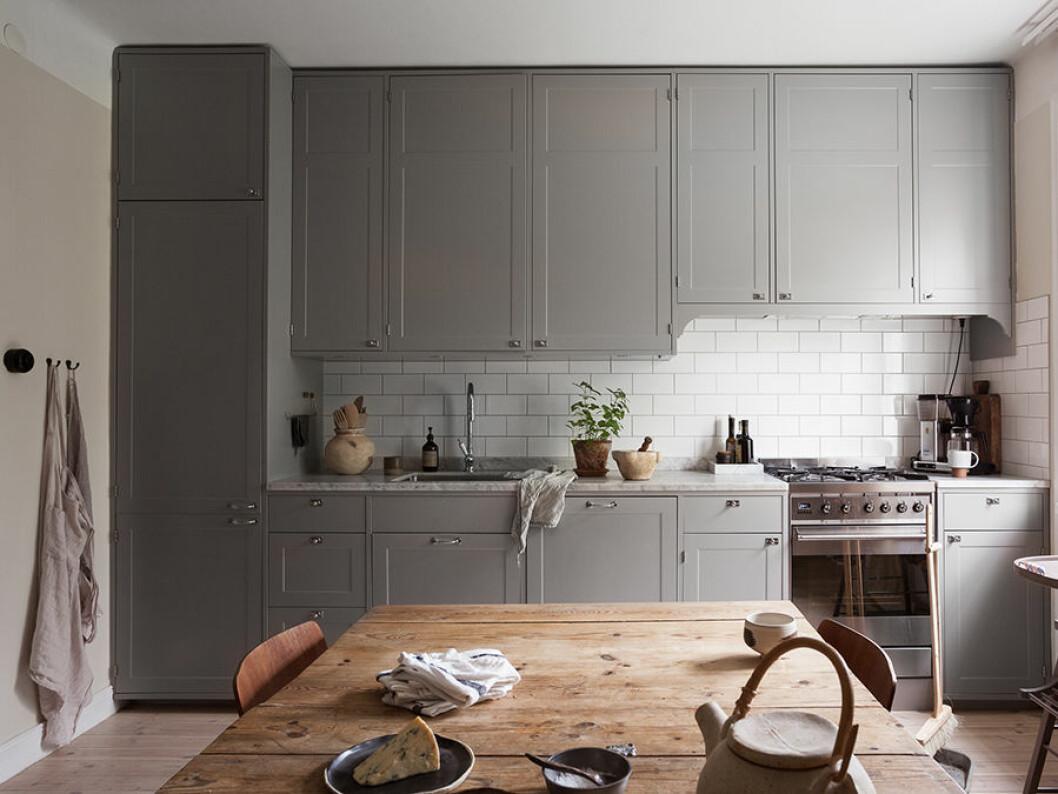 gråa köksluckor, slagbord