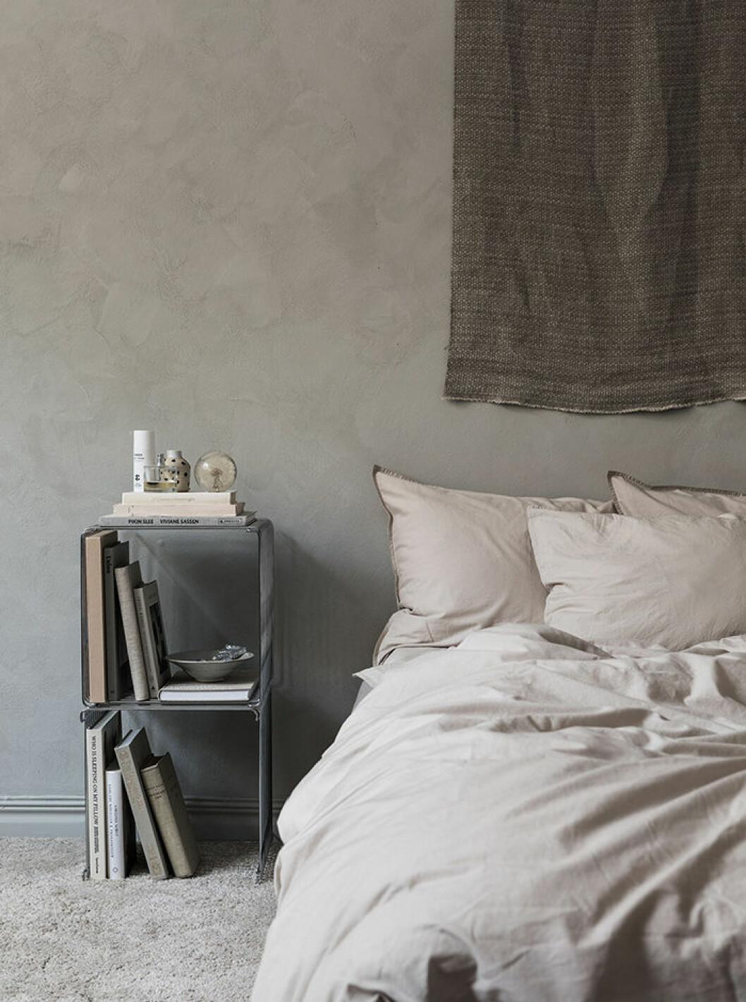 Kalkfärg är trendigt 2019 – här i ett sovrum