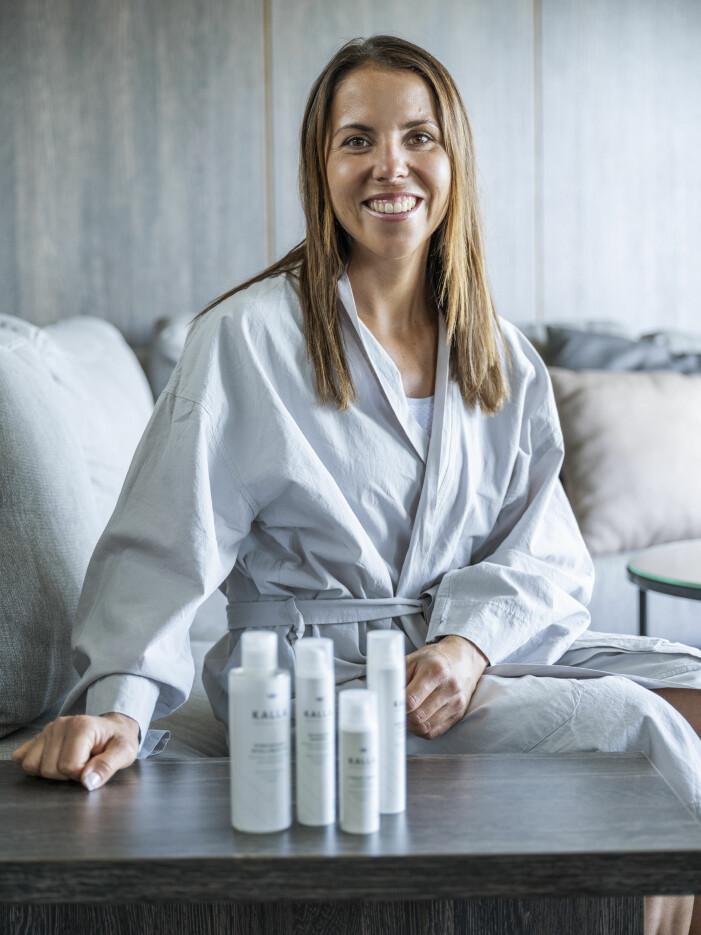 Charlotte Kalla med skönhetsprodukter