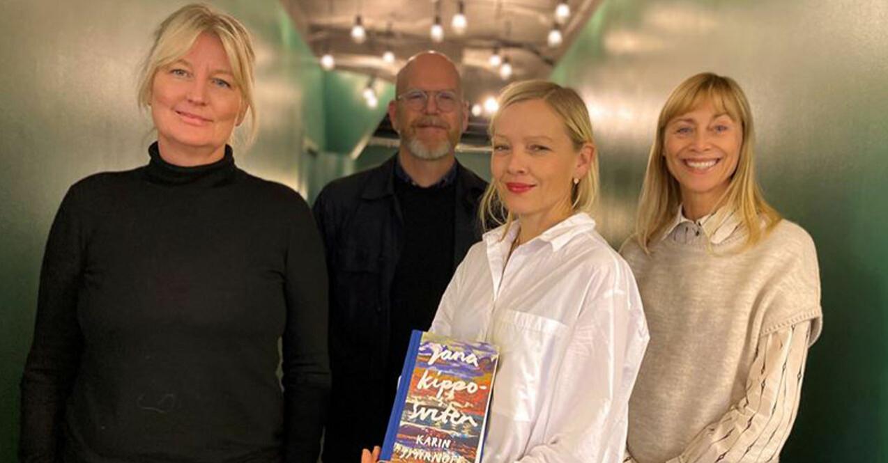 På bilden från vänster: Karin Smirnoff, Jonas Axelsson hennes förläggare på Polaris, Filmlance producent Anna Wallmark och Filmlance VD Hanne Palmquist.