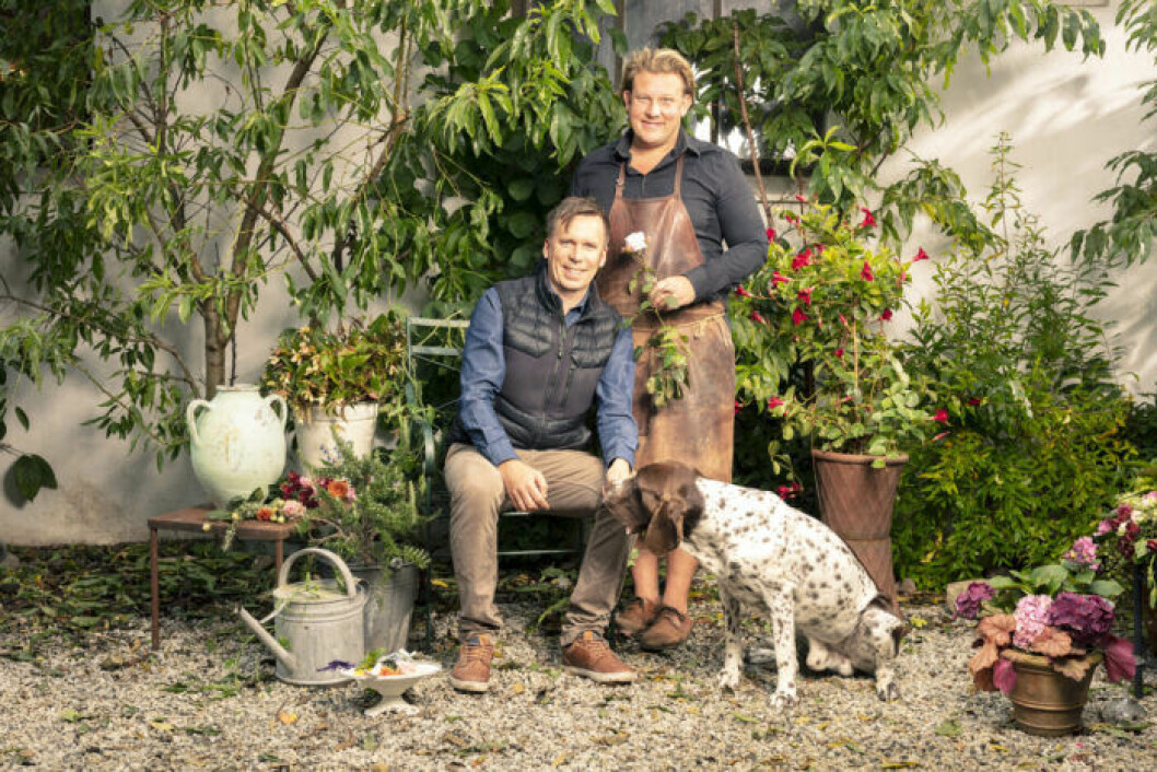 Karl Fredrik med sambon Petter Kjellén och hunden Hamlet.