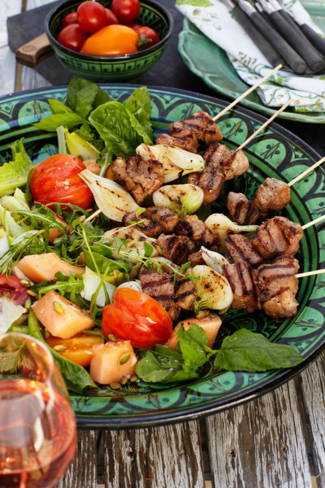 Grillspett ser många gånger mycket aptitligare ut än en stor bit kött. Vanliga träspett brukar fungera bra, det gäller bara att komma ihåg att blötlägga dem i förväg.
