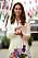 Kate Middleton i vit kostymklänning. På vänster arm bär hon ett pärlarmband.