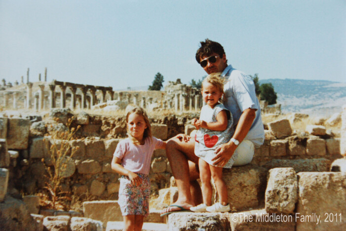 kate middleton är 4 år och står med sin pappa och sin syster