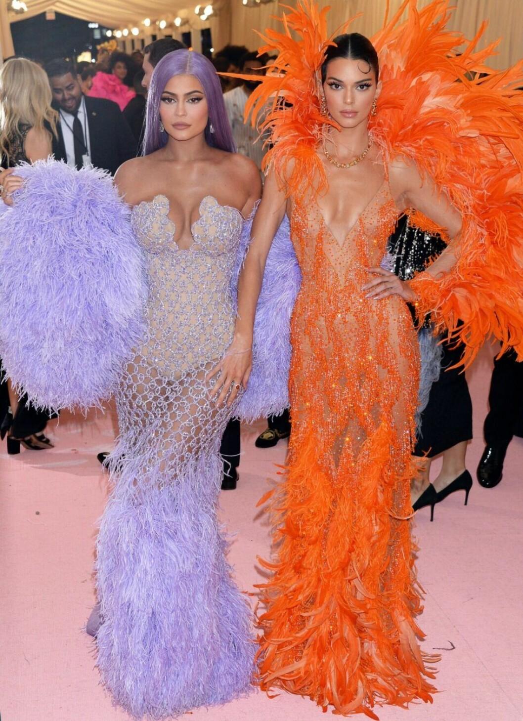 kendall och Kylie Jenner i lila och orange klänning