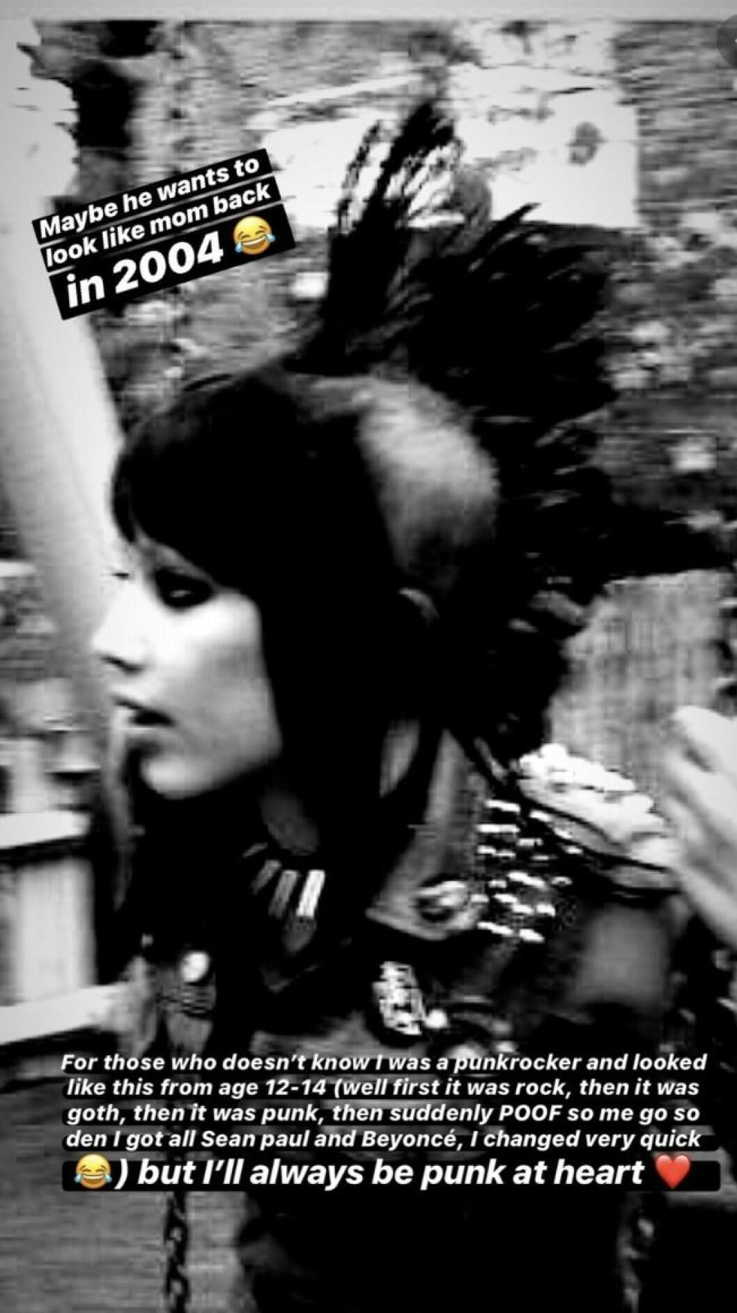 En bild på Kenza Zouiten som punkare med tuppkam och nitar 2004.