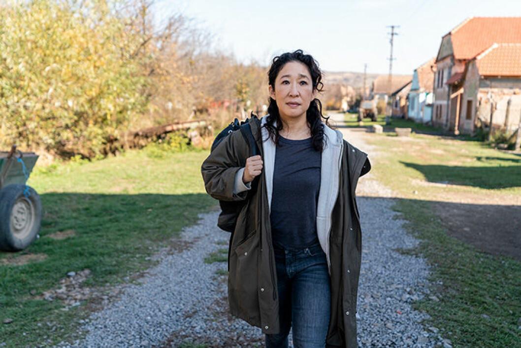 En bild på skådespelerskan Sandra Oh i tv-serien Killing Eve.