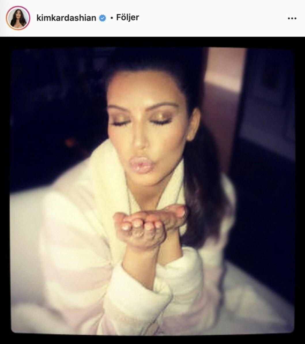 Kim Kardashian gör en slängpuss
