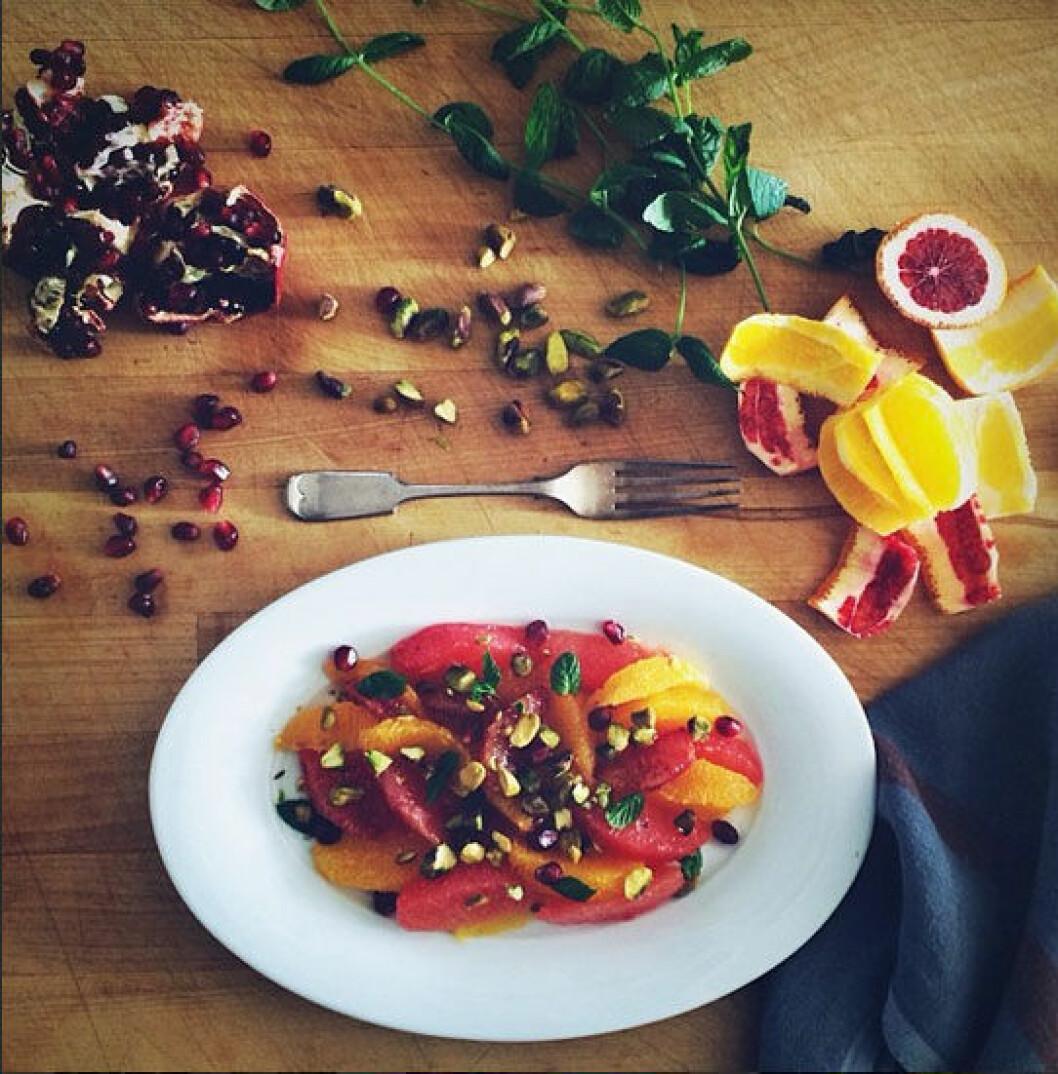 kitchenculinaire Citronsallad med pistaschenötter, granatäpplekärnor och mynta. Fräscht och så snyggt på fatet!