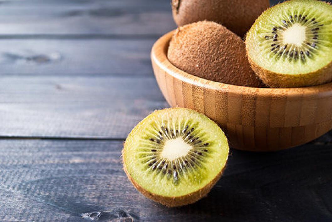 En bild på frukter av kiwi i en skål.