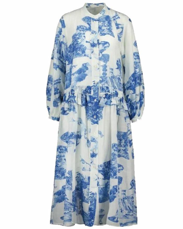 mönstrad klänning i vit och blå