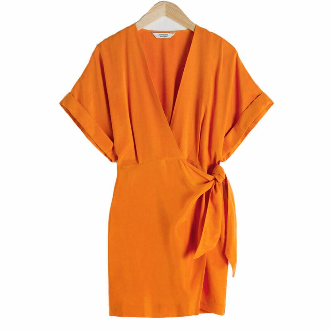Omlottklänning i oranget till coctailpartyt