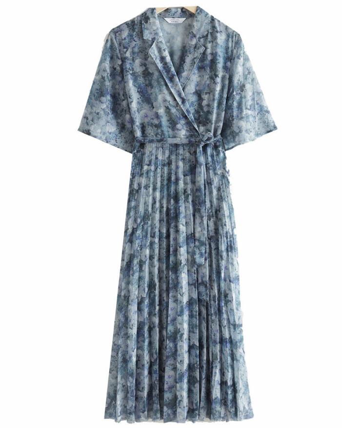 Mönstrad blå klänning