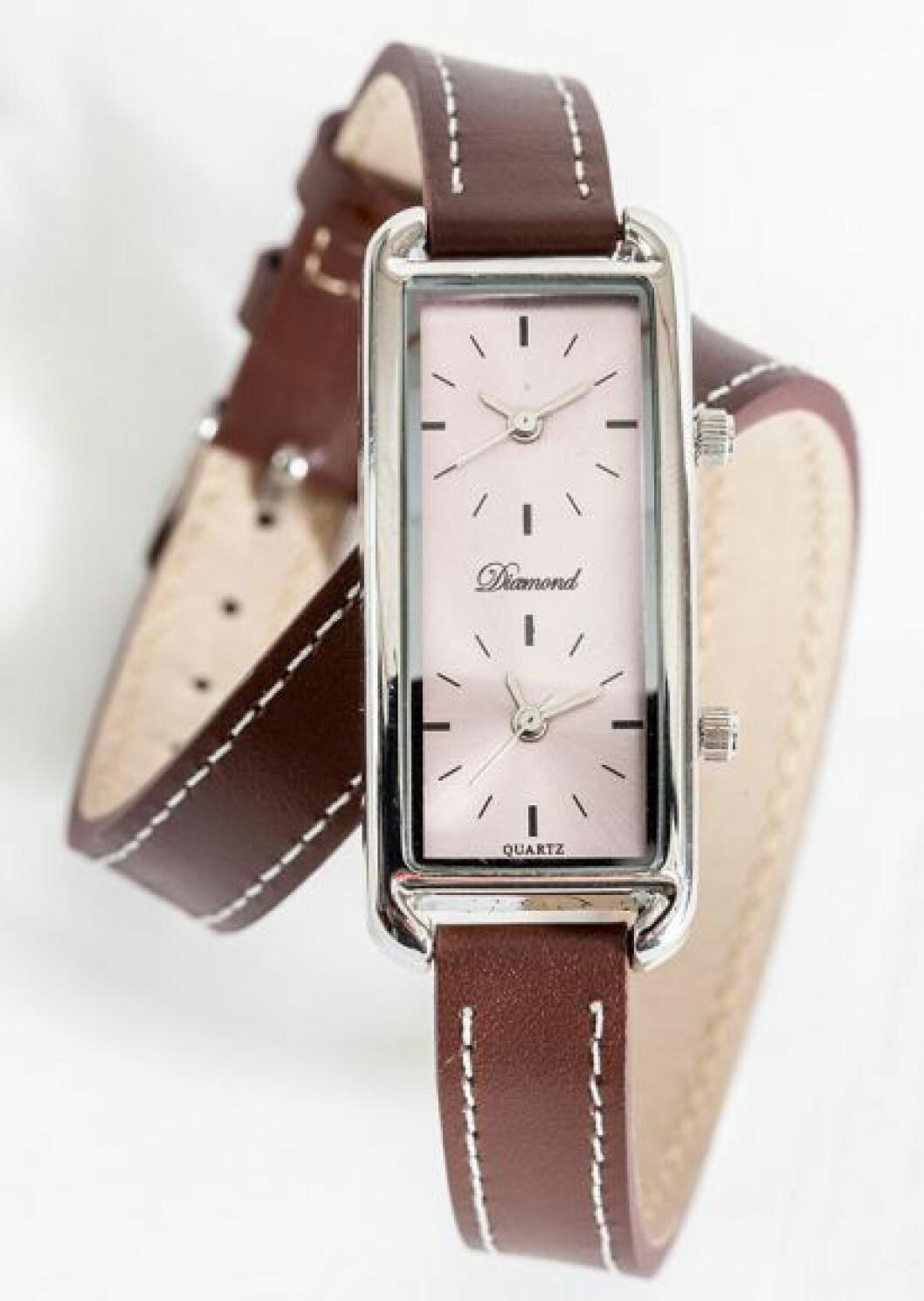Klocka med dubbla urtavlor med brunt armband i skinn samt rosa urtavla.