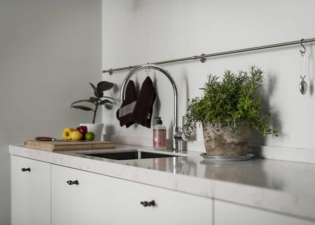 Låt bara det nödvändiga och det som fixar stilen stå på köksbänken.