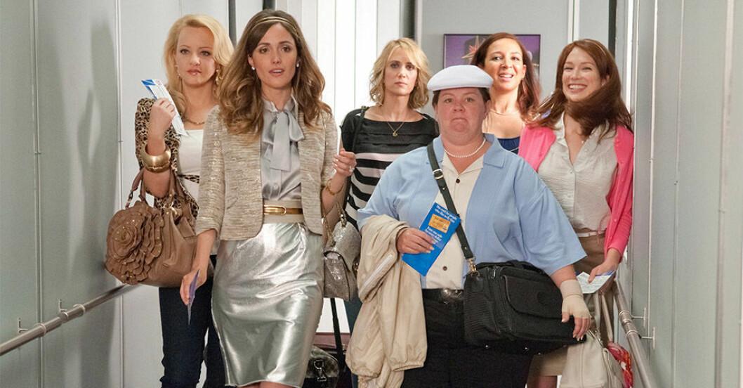 Scen ur filmen Bridesmaids när de ska boarda ett plan