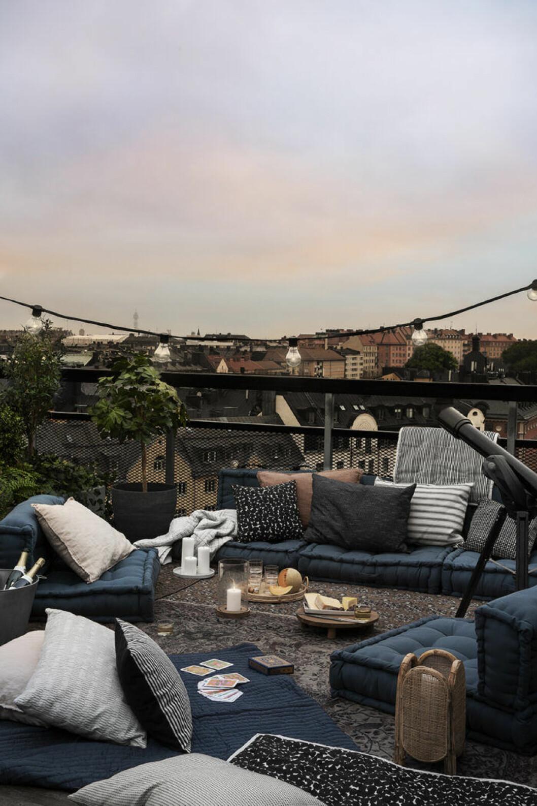 Inred med dynor och en mysig matta på balkonggolvet för att få plats mer fler – och en mer avslappnad känsla.