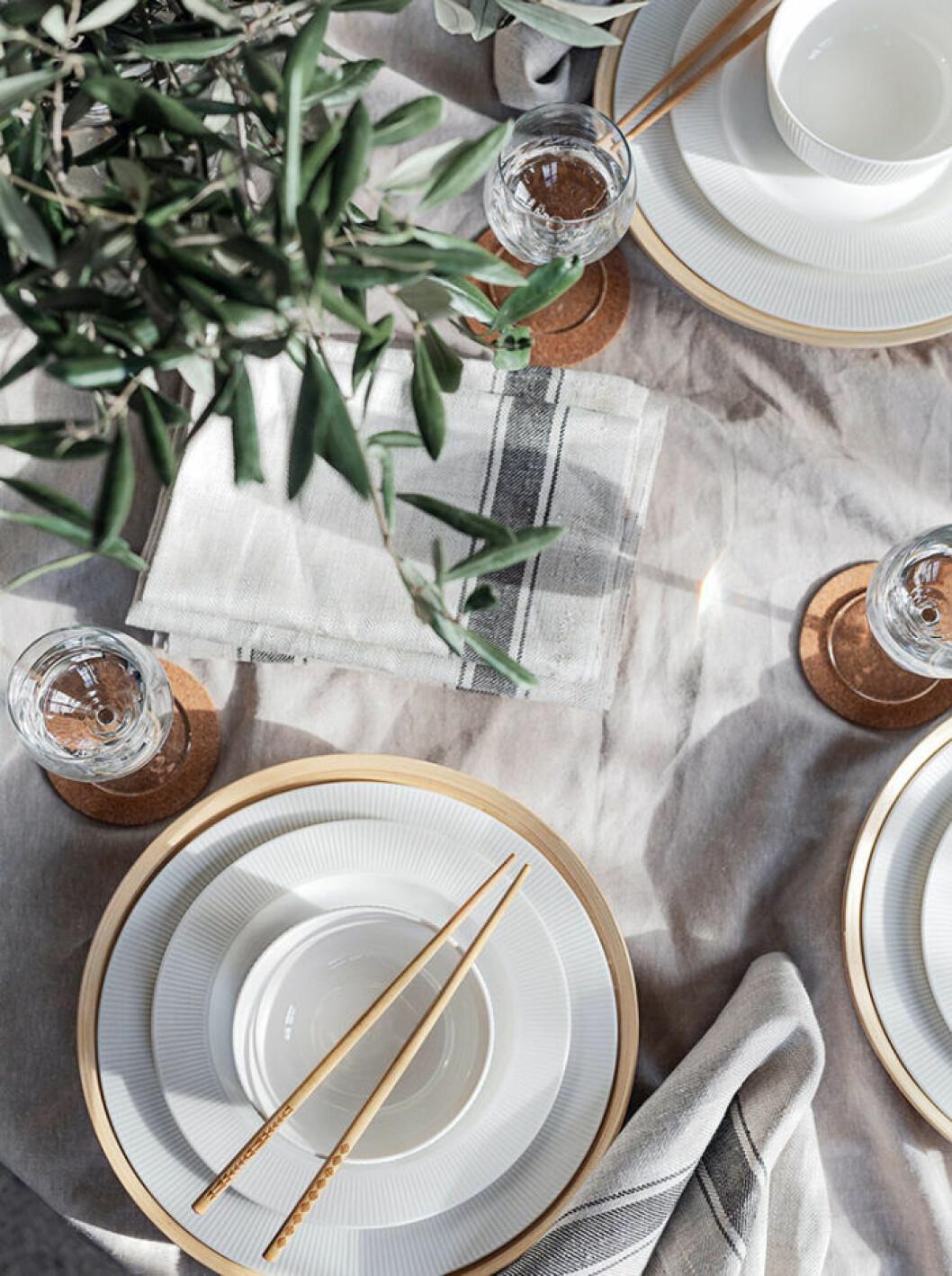 En enkel dukning som för tankarna till en restaurang kan vara ett sätt att känna sig extra ledig.