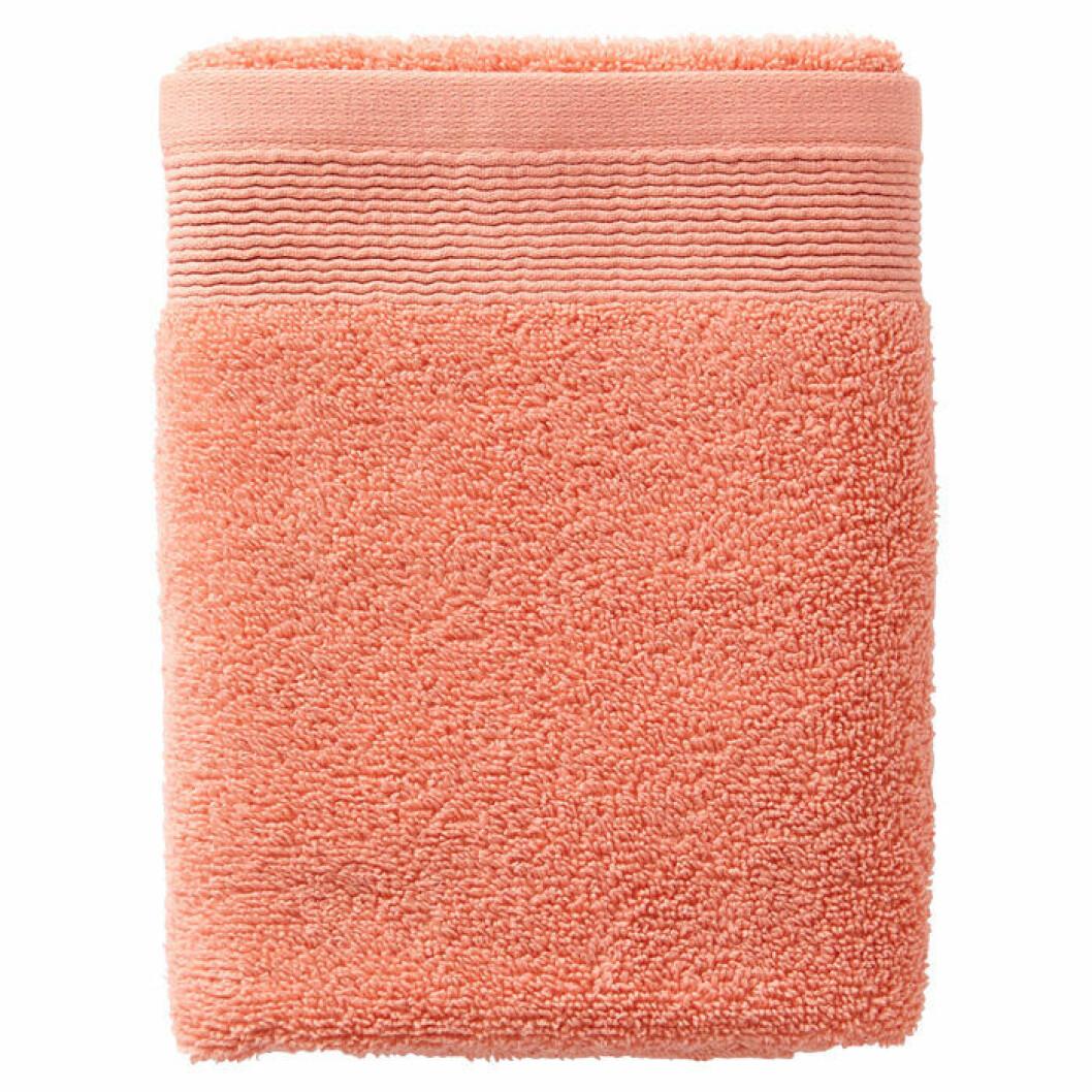 Korallfärgad handduk från Ellos Home
