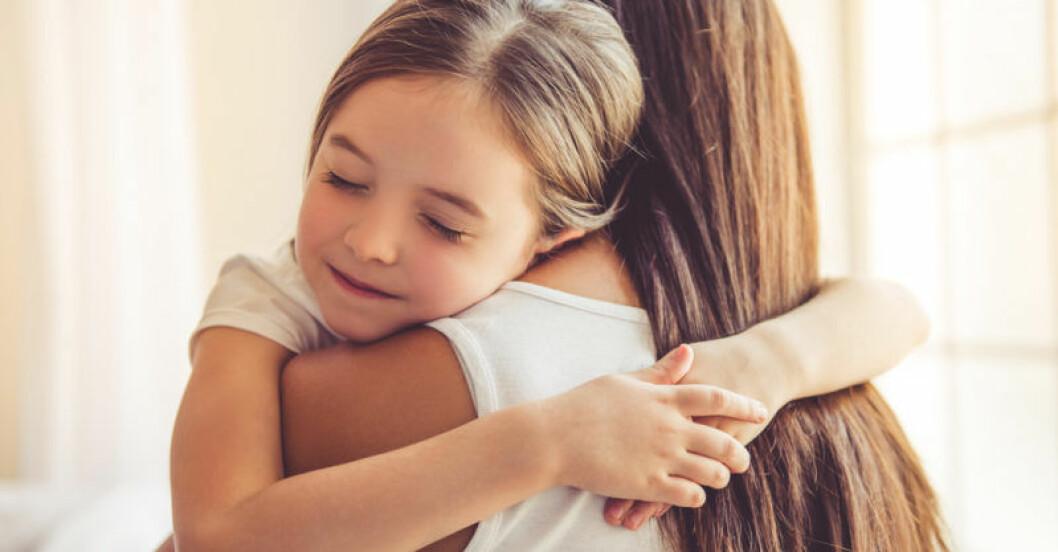 Mamma kramar sitt barn.