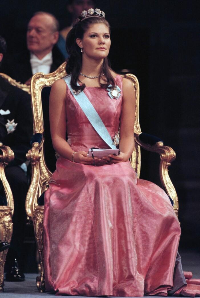 kronprinsessan Victoria i en rosa klänning av Lars Wallin på nobelfesten 2000