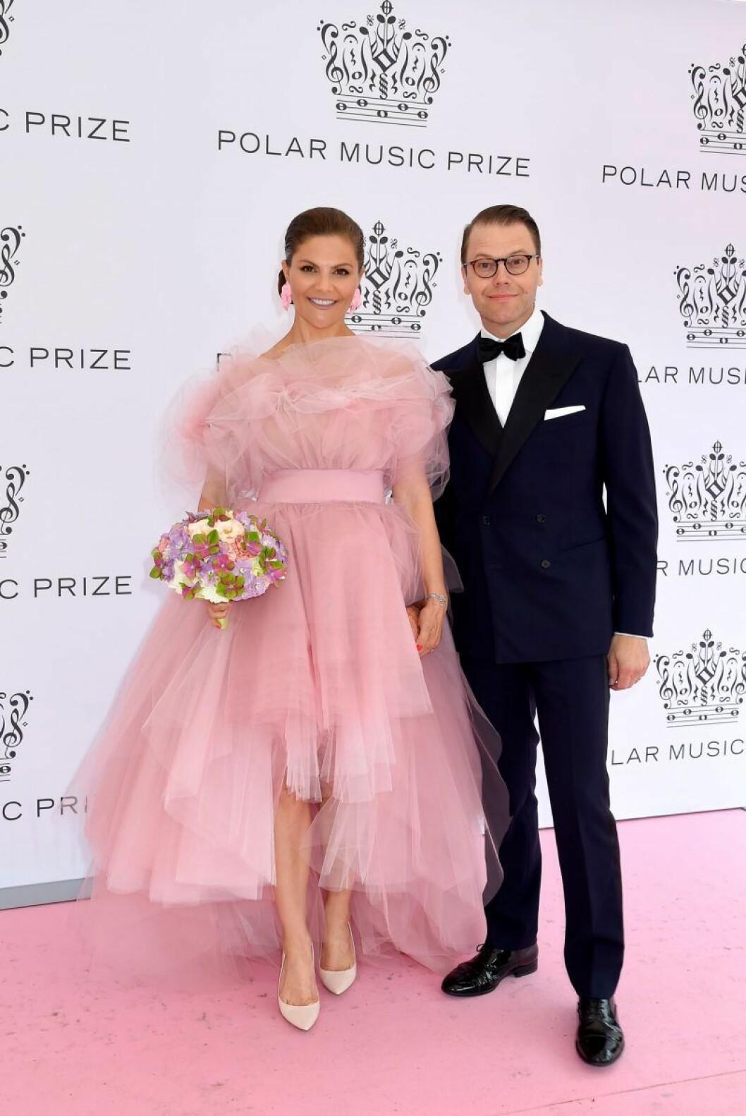 Kronprinsessan Victoria och prins Daniel på rosa mattan på Polarpriset 2019