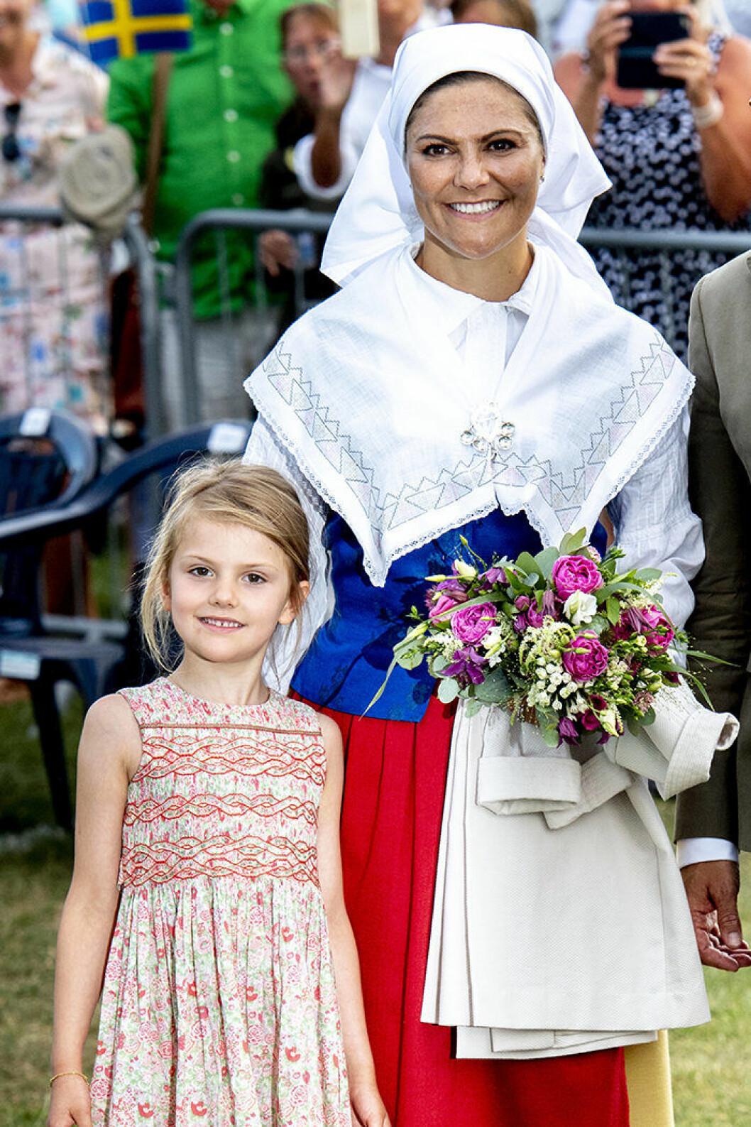 Kronprinsessan Victoria i folkdräkt på Victoriadagen.