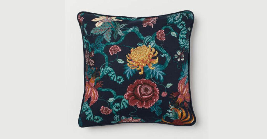 blå blommig kudde
