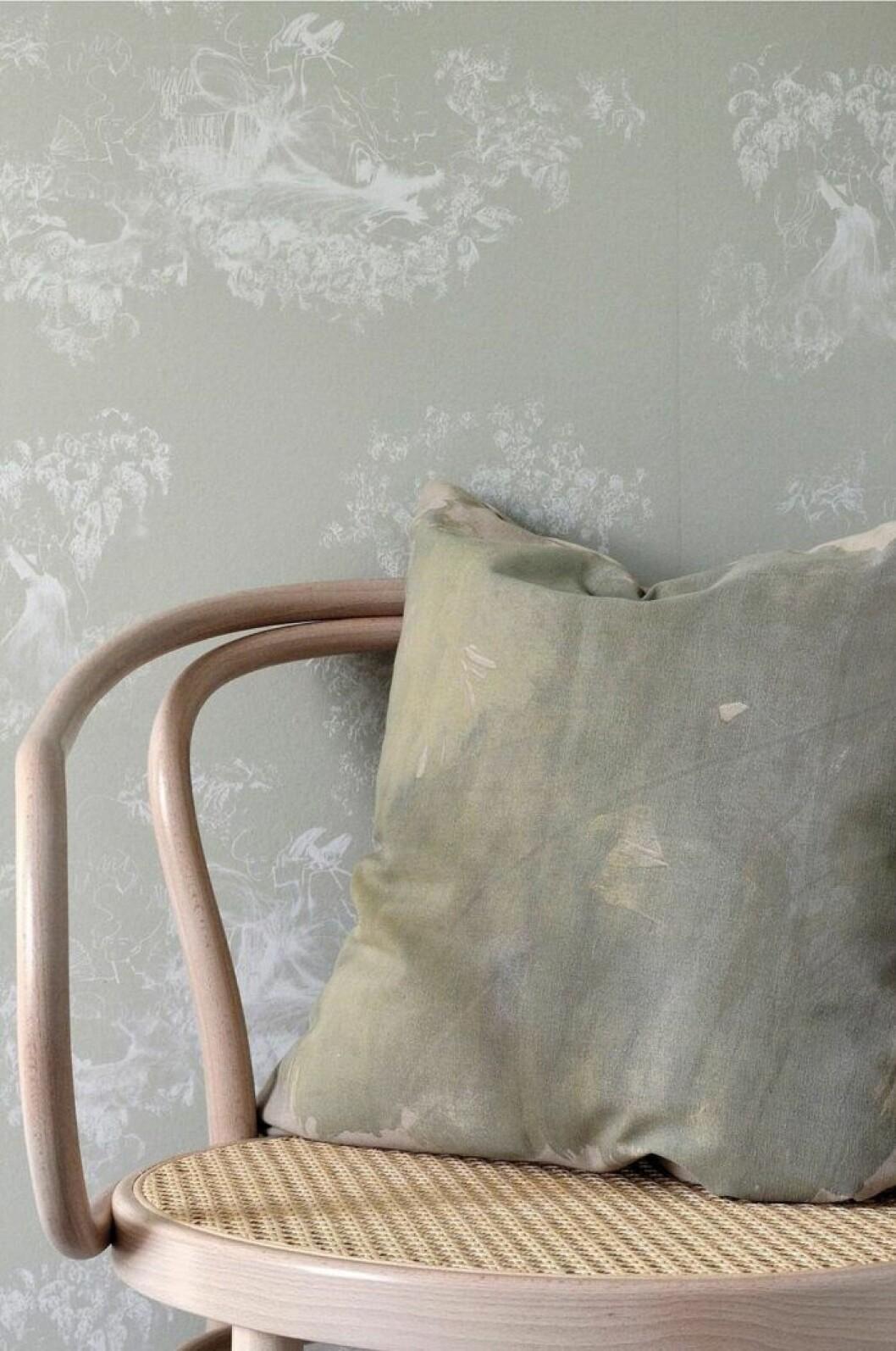 kudde från mimou handmålad greige