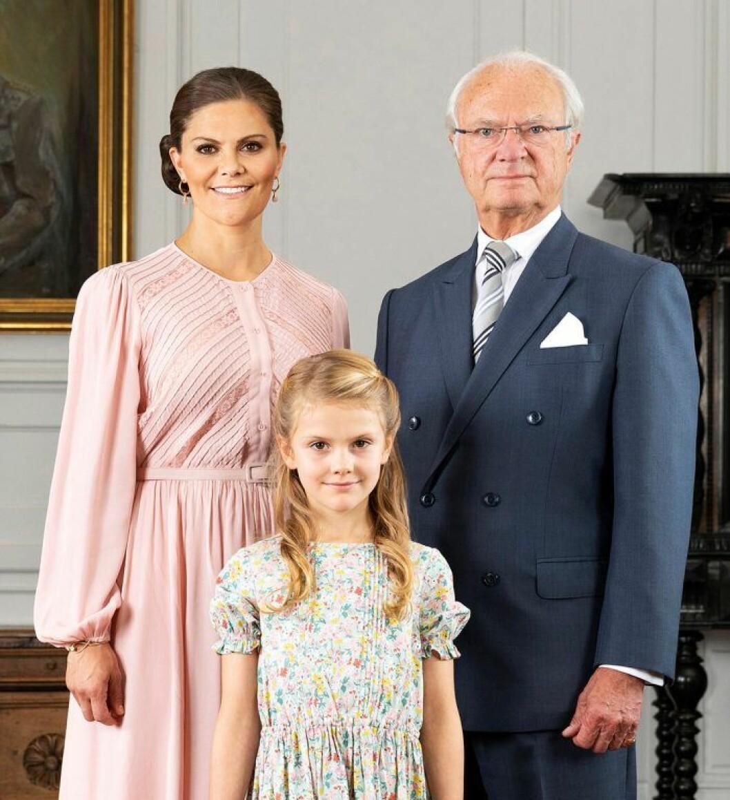 Kungen med sin tronföljare Victoria och lilla arvprinsessan Estelle.