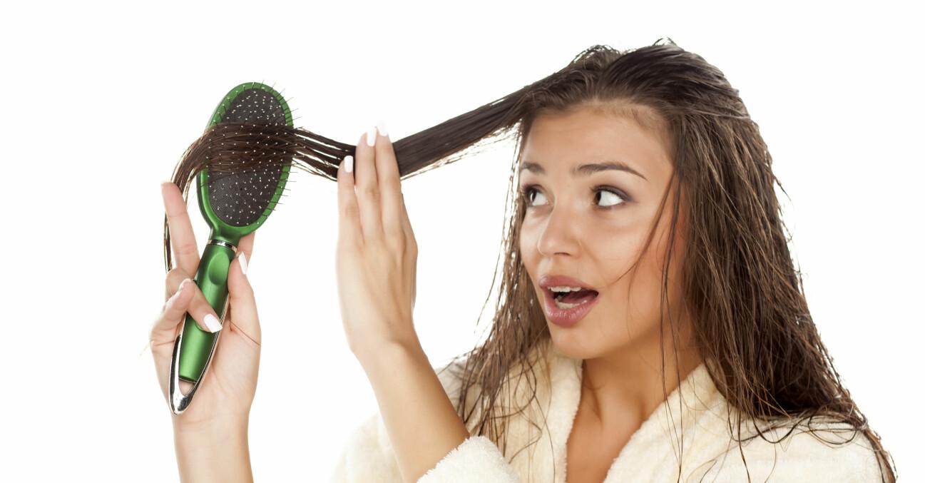 Kvinna borstar blött hår