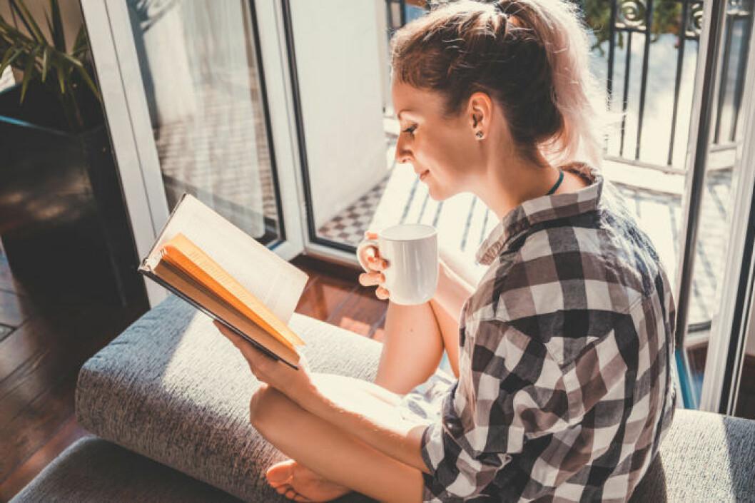 Kvinna som kopplar av genom att läsa